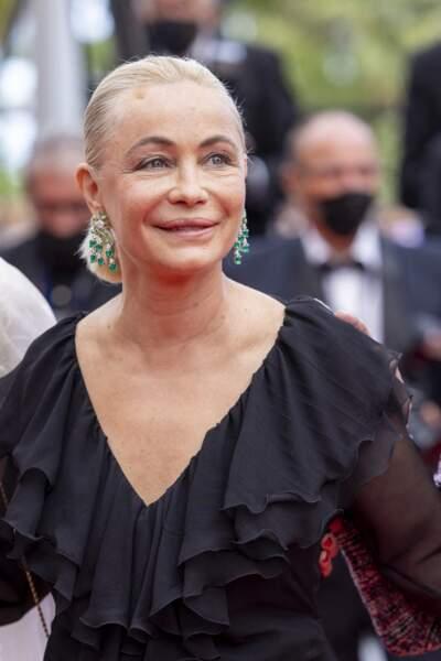 Emmanuelle Béart, divine en robe du soir, les cheveux tirés en arrière.