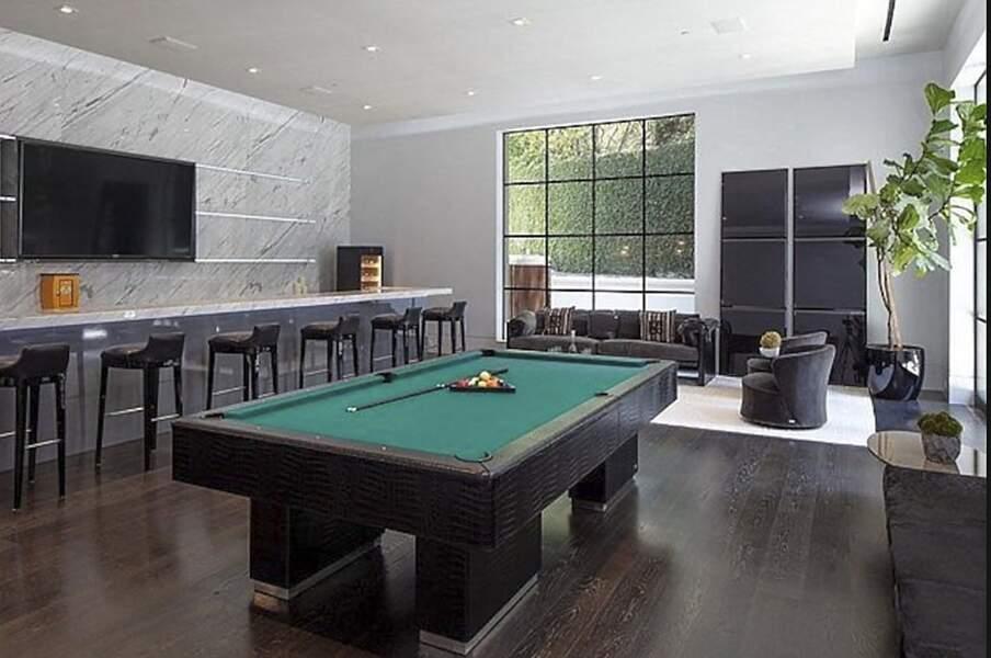 La détente est de mise dans cette villa de Los Angeles avec une pièce de billard accompagnée de son bar