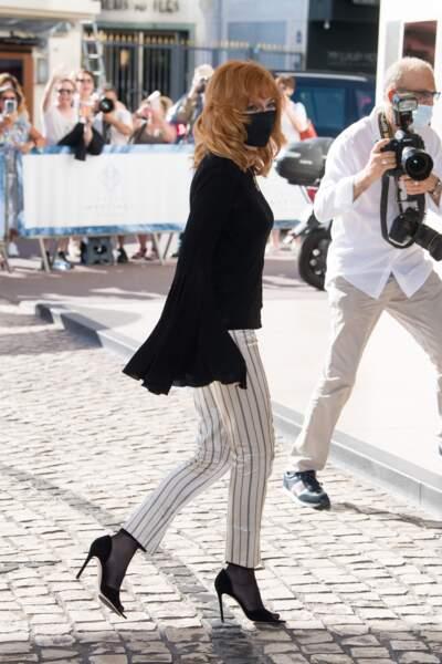 Pour assister au dîner du jury du 74ème Festival de Cannes, le 5 juillet 2021, Mylène Farmer a misé sur un look décontracté en blouse noire aux manches évasées et pantalon à rayures