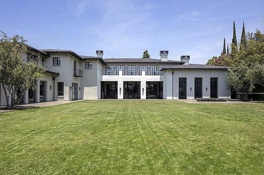Située dans le quartier de Bervely Park, à Los Angeles, cette somptueuse villa dispose de huit chambres et de 12 salles de bains.