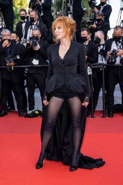 Mylène Farmer en Olivier Theyskens pour la Montée des marches du film « OSS 117 : Alerte rouge en Afrique Noire » lors du 74ème Festival International du Film de Cannes