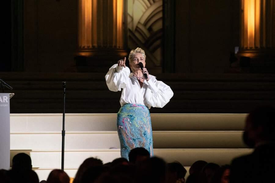 Sharon Stone prend la parole lors de la soirée du gala de l'amfAR à la Villa Eilen Roc, le 16 juillet