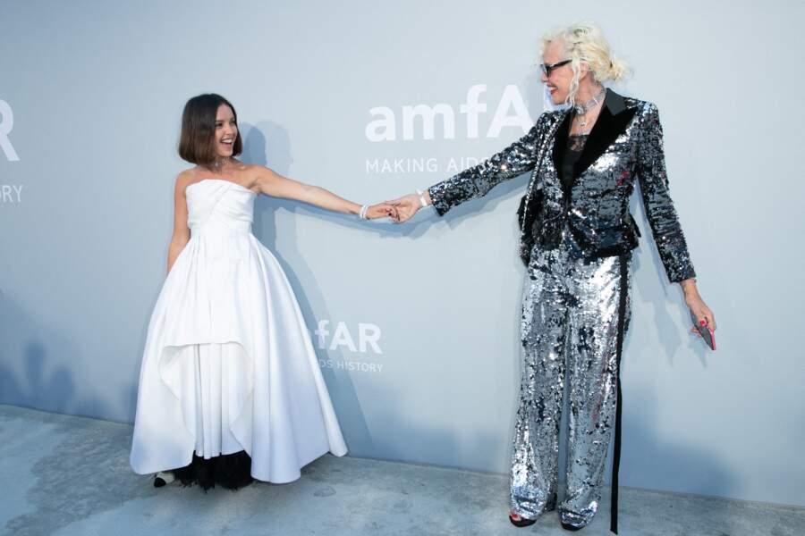 Lyna Khoudri et Ellen von Unwerth ont posé ensemble, main dans la main, lors de la soirée du gala de l'amfAR le 16 juillet