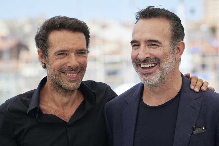 Jean Dujardin souriant aux côtés du réalisateur pendant le photocall du film Oss 117, le 17 juillet