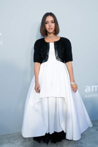 Lyna Khoudri est apparue dans une robe blanche de la griffe Chanel au gala de l'amfAR à la Villa Eilen Roc, le 16 juillet