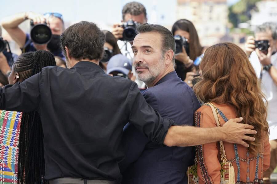 Eyes contact de Jean Dujardin avec les photographes au Festival de Cannes, le 17 juillet