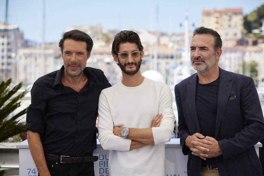 Pierre Niney entouré de Nicolas Bedos et Jean Dujardin pour le photocall du film Oss 117, le 17 juillet