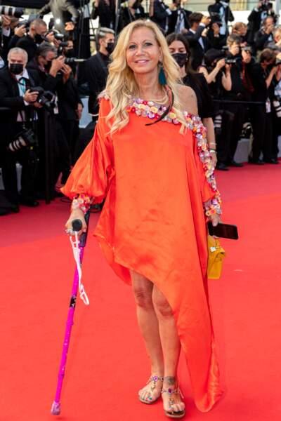 Atteinte d'arthrose aux deux genoux, Fiona Gélin est apparue avec ses béquilles, vêtue d'une sublime robe orange, le 17 juillet 2021, jour de clôture du festival de Cannes