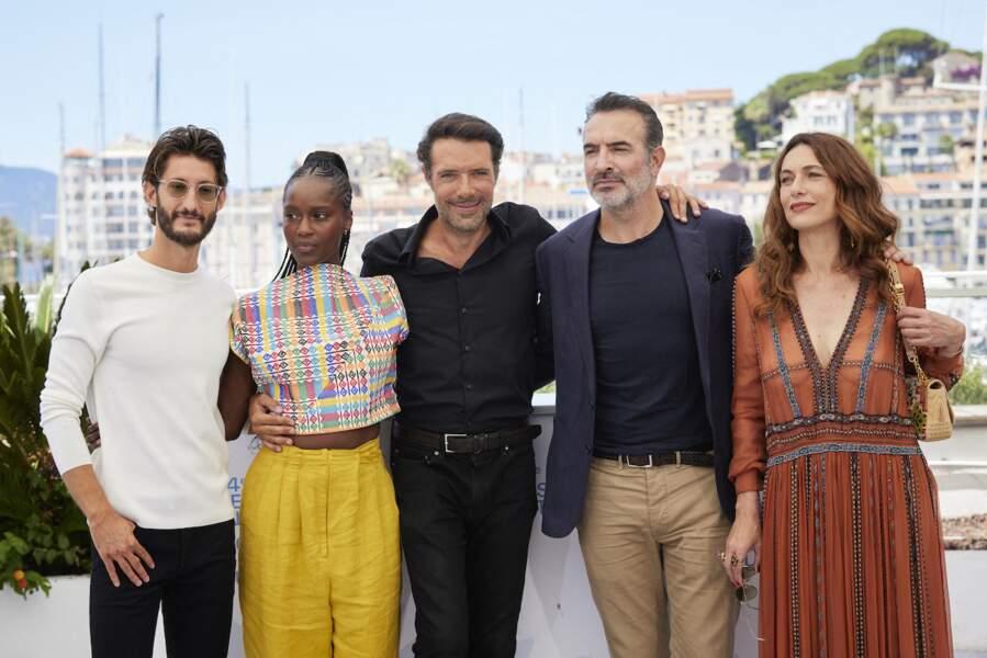 Nicolas Bedos entouré de Pierre Niney, Fatou N'Diaye, Natacha Lindinger et Jean Dujardin au Festival de Cannes, le 17 juillet