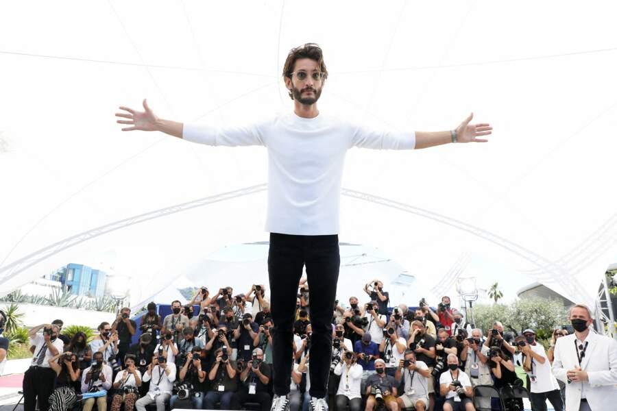 Pierre Niney s'amuse lors du photocall du film Oss 117, le 17 juillet 2021