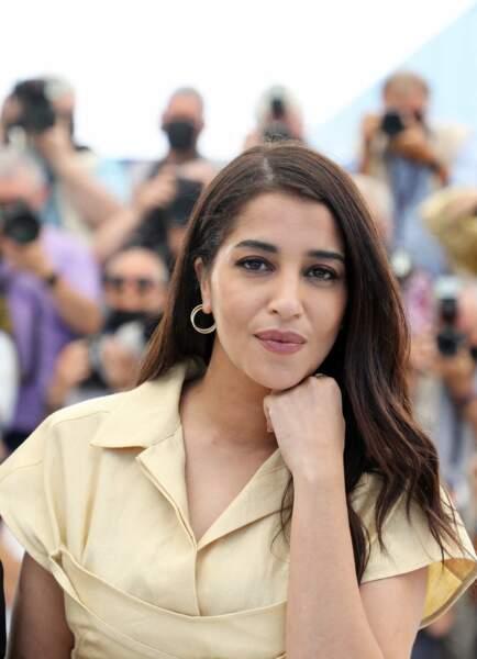 Leïla Bekhti prend la pose devant les photographes lors du 74ème festival international du film de Cannes le 17 juillet