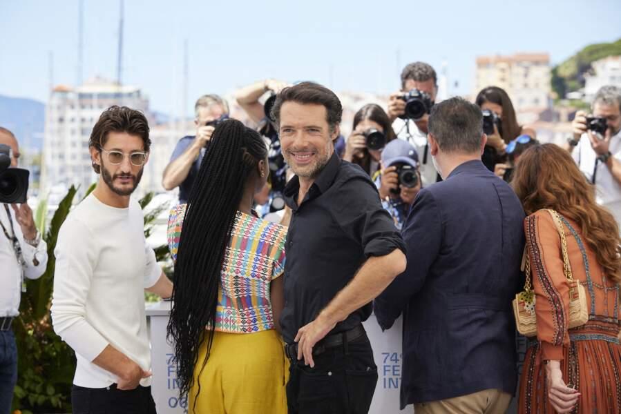 Pierre Niney et Nicolas Bedos font face aux photographes lors du hotocall du film Oss 117 : Alerte Rouge En Afrique Noire, le 17 juillet