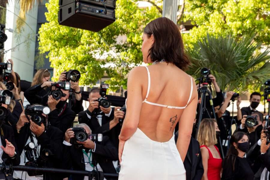 Dans sa robe au dos nus vertigineux, Adèle Exarchopoulos a illuminé cette dernière montée des marches, pour la projection d'OSS 117 : Alerte rouge en Afrique noire