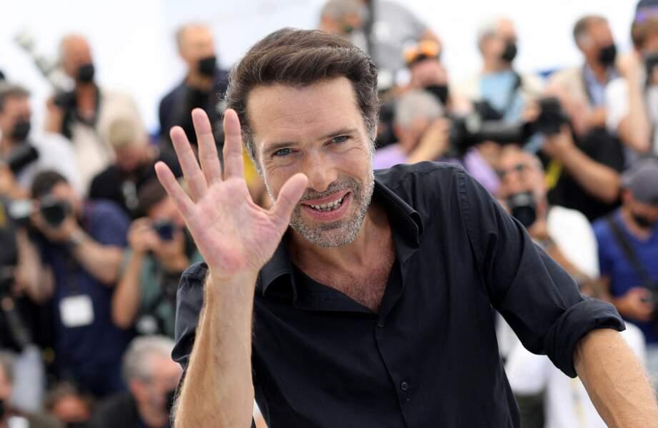 Nicolas Bedos salue les photographes présents au photocall du film Oss 117, le 17 juillet