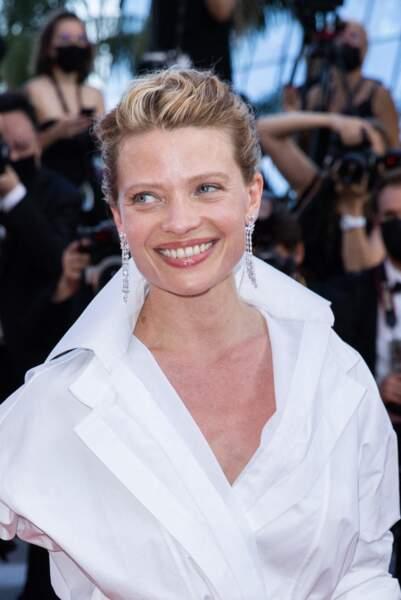 Toute souriante, Mélanie Thierry était au rendez-vous dans sa robe Valentino pour la dernière montée des marches de Cannes 2021