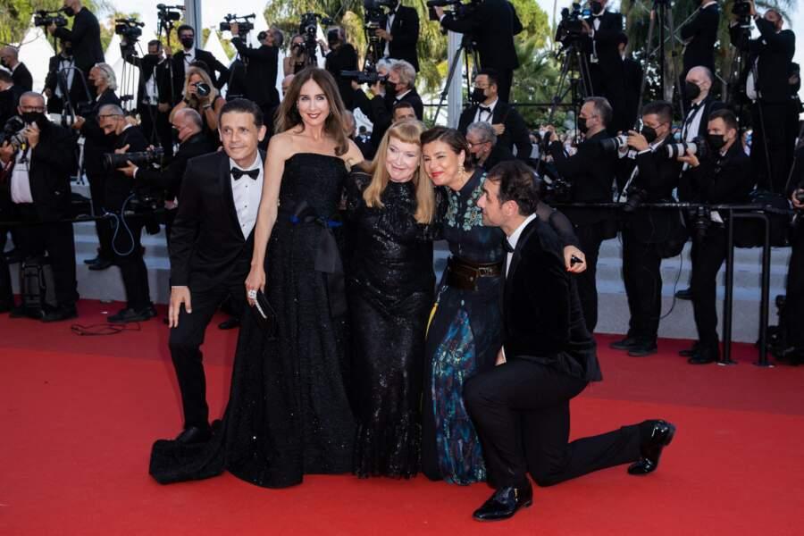 Elsa Zylberstein était accompagnée de Michael Covino, Andrea Arnold, Mounia Meddou et Daniel Burman, pour la montée des marches d'OSS 117 : Alerte rouge en Afrique noire, en clôture du Festival de Cannes
