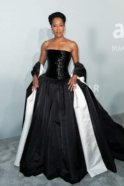 Pour assister à la soirée du gala de l'amfAR le 16 juillet, Regina King a porté une robe Schiaparelli avec des bijoux Boucheron