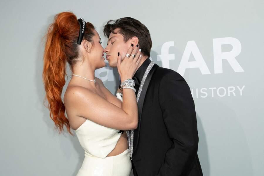 Bella Thorne a embrassé son fiancé Benjamin Mascolo pendant le photocall de la soirée du gala de l'amfAR, le 16 juillet