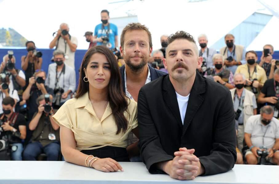 Leïla Bekhti, Joachim Lafosse et Damien Bonnard prennent la pose au photocall du film Les Intranquilles,  le 17 juillet