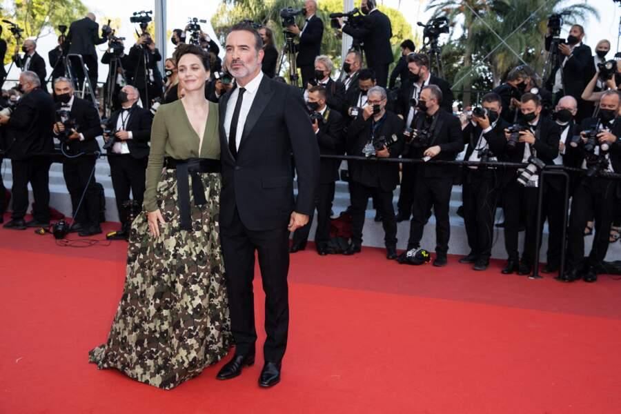 C'est la clôture du Festival de Cannes : au casting d'OSS 117, Jean Dujardin était accompagné de sa compagne Nathalie Péchalat, pour la dernière montée des marches
