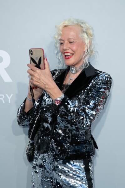 Ellen von Unwerth n'a pas hésité à prendre elle-même des photos lors du photocall de la soirée du gala de l'amfAR, ce 16 juillet