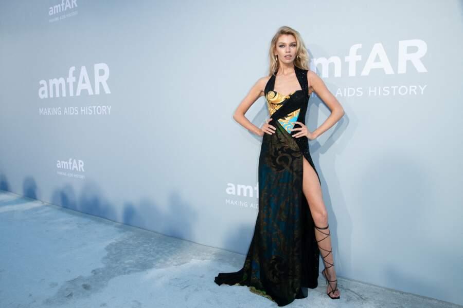 Stella Maxwell a fait une apparition remarquée dans une robe signée Versace au photocall de la soirée du gala de l'amfAR, ce 16 juillet