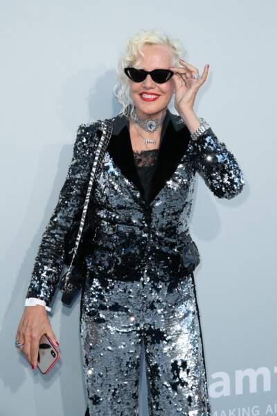 Ellen von Unwerth est apparue avec des lunettes de soleil devant les photographes au gala de l'amfAR, ce 16 juillet