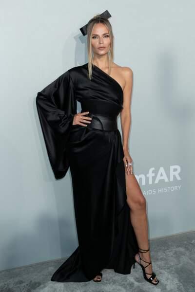 Natasha Poly a fait sensation lors du photocall de la soirée du gala de l'amfAR, le 16 juillet