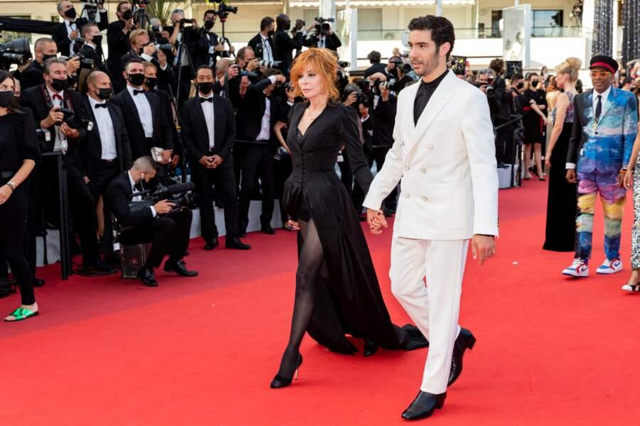 Mylène Farmer et Tahar Rahim - lors de la Montée des marches du film « OSS 117 : Alerte rouge en Afrique Noire » lors du 74ème Festival International du Film de Cannes. Le 17 juillet 2021
