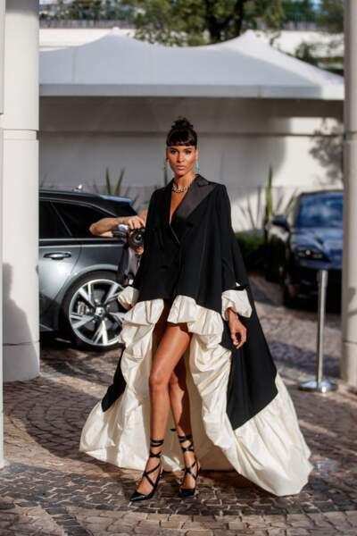 """Cindy Bruna à la sortie de l'hôtel """"Martinez"""" avant de se rendre au gala de l'amfAR, ce 16 juillet"""