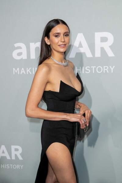 Nina Dobrev a pris la pose dans une robe noire structurée lors du photocall de la soirée du gala de l'amfAR, le 16 juillet