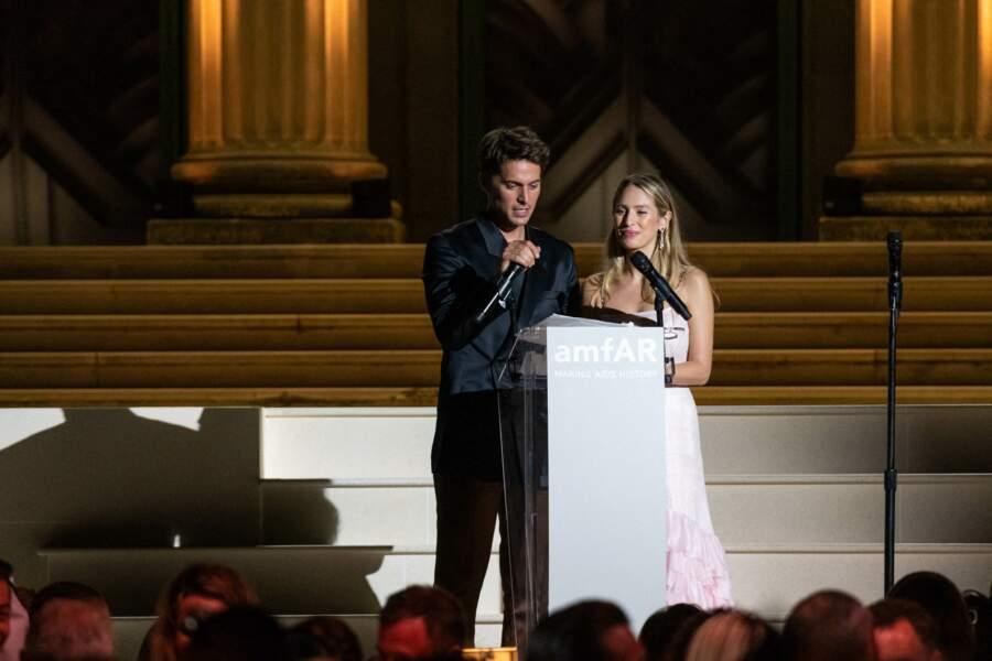Dylan Penn aux côtés de Lucas Bravo sur la scène du gala de l'amfAR, le 16 juillet