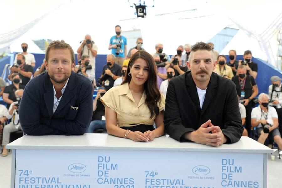 Leïla Bekhti entourée de Joachim Lafosse et Damien Bonnard au Festival de Cannes, le 17 juillet