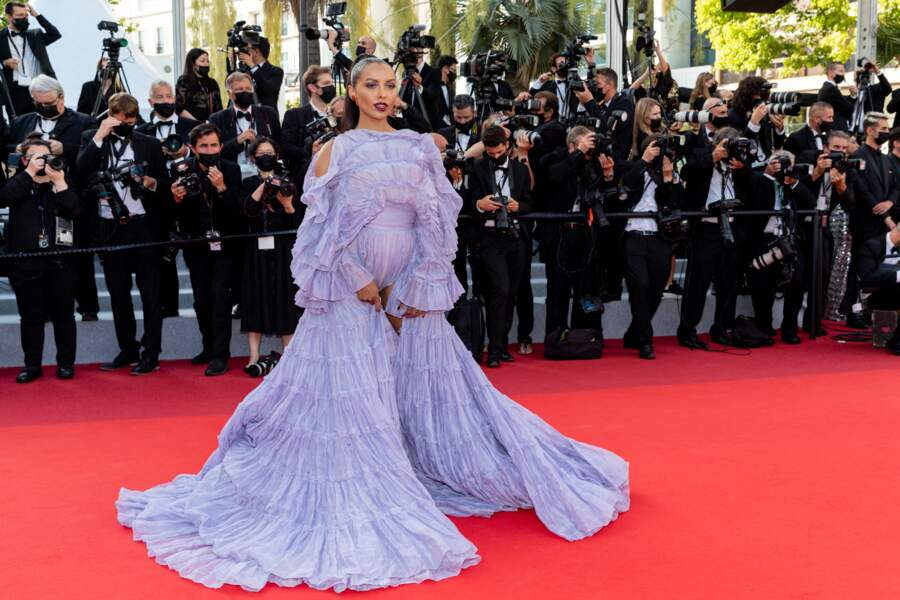 Kat Graham s'est fait remarquer en cette montée des marches d'OSS 117 : Alerte rouge en Afrique noire, le 17 juillet 2021, jour de clôture du Festival de Cannes