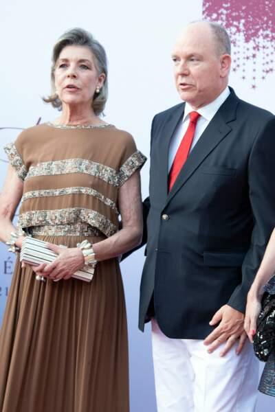 Albert II prend la pose aux côtés de sa soeur, Caroline de Monaco, au concert de la Croix-Rouge, ce vendredi 16 juillet