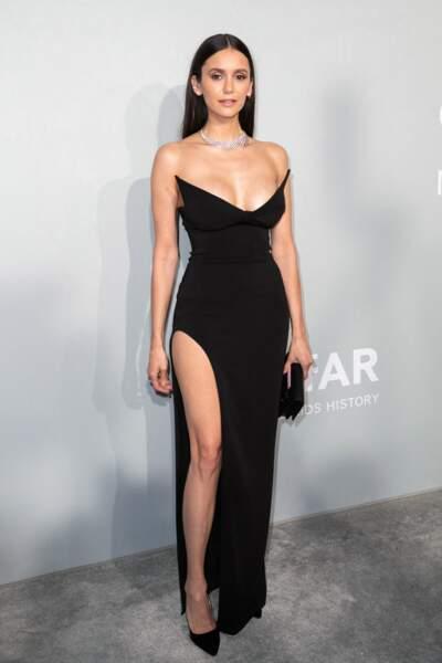 Nina Dobrev a fait sensation dans une robe signée Mônot, avec des bijoux Messika et des talons Jimmy Choo pour son look du gala de l'amfAR, le 16 juillet