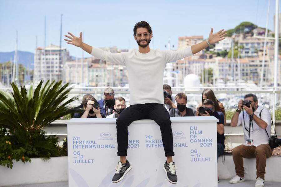 Pierre Niney très créatif dans ses poses lors du photocall du film Oss 117, le 17 juillet
