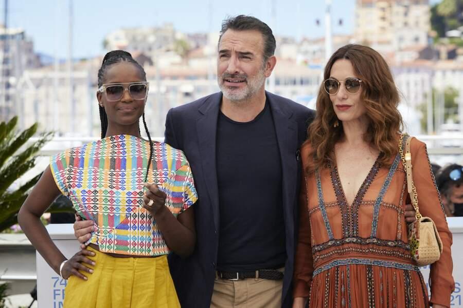 Jean Dujardin entouré de Fatou N'Diaye et Natacha Lindinger au photocall du film Oss 117, le 17 juillet