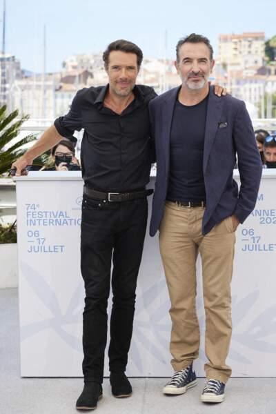 Nicolas Bedos aux côtés de l'acteur Jean Dujardin pour le photocall du film Oss 117 : Alerte Rouge En Afrique Noire, le 17 juillet