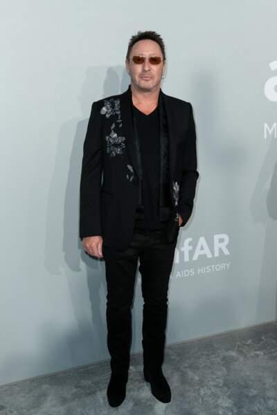 Julian Lennon très classe dans un costume noir lors du photocall de la soirée du gala de l'amfAR, ce 16 juillet