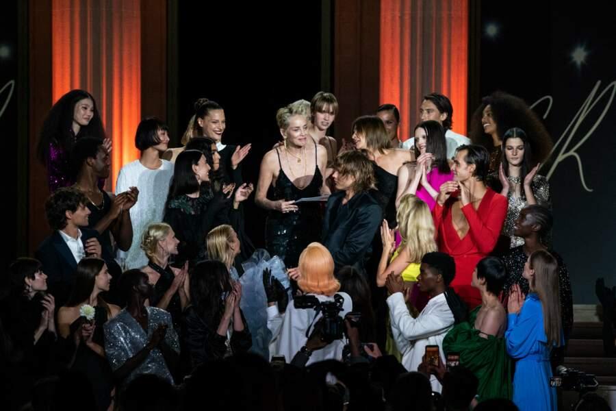 Sharon Stone entourée de mannequins et personnalités pendant le gala de l'amfAR, le 16 juillet