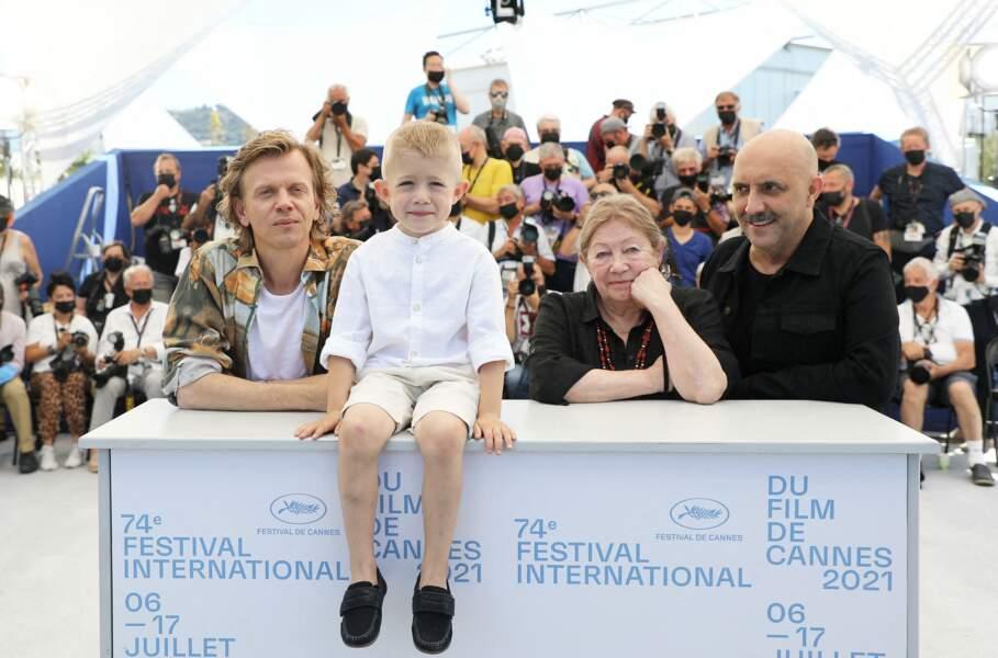 Alex Lutz, Kylian Dheret, Françoise Lebrun et le réalisateur Gaspar Noé au photocall du film Vortex lors du 74ème festival international du film de Cannes le 17 juillet 2021