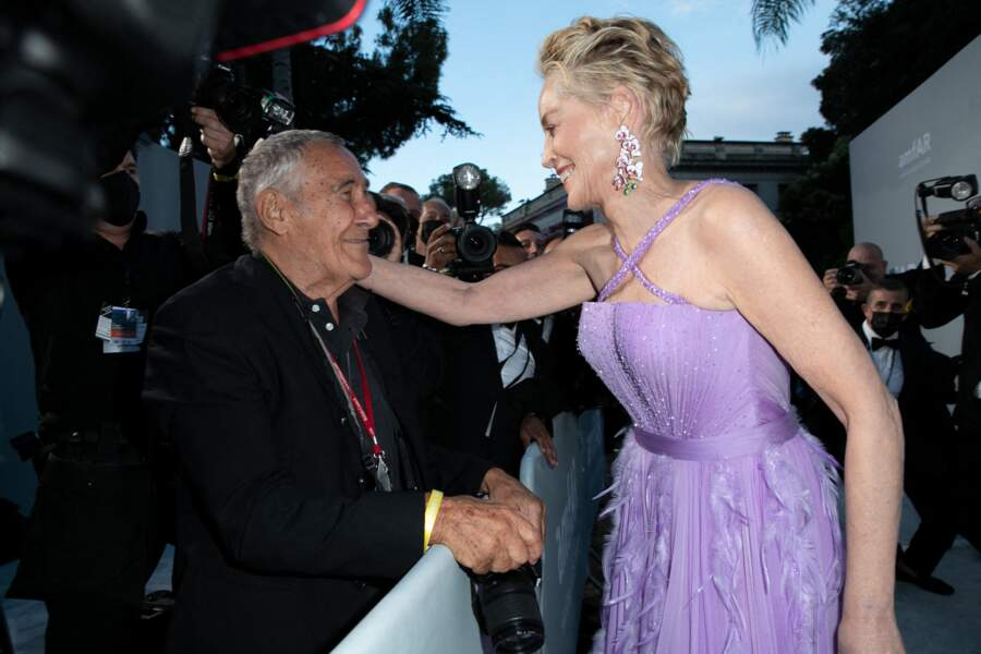Sharon Stone embrasse un photographe présent lors de la soirée du gala de l'amfAR à la Villa Eilen Roc, le 16 juillet