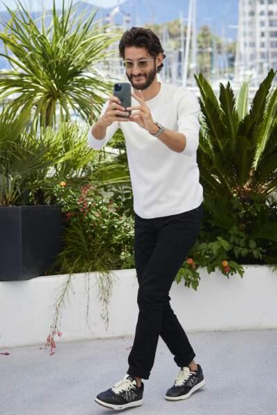 Pierre Niney en train de prendre en photo lui-même l'équipe du film au festival de Cannes, le 17 juillet