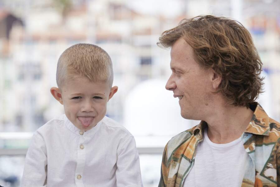 Alex Lutz avec Kylian Dheret au photocall du film Vortex lors du Festival de Cannes, le 17 juillet