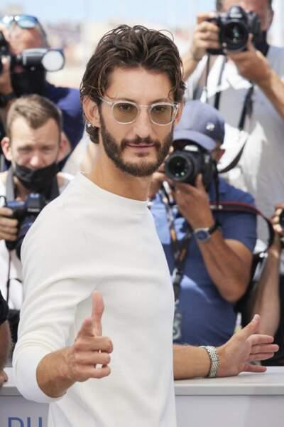 Pierre Niney prend la pose au photocall du film Oss 117 : Alerte Rouge En Afrique Noire lors du 74ème festival de Cannes, le 17 juillet