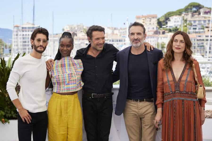 Pierre Niney, Fatou N'Diaye, Nicolas Bedos et Jean Dujardin au photocall du film Oss 117 : Alerte Rouge En Afrique Noire au Festival de Cannes, le 17 juillet