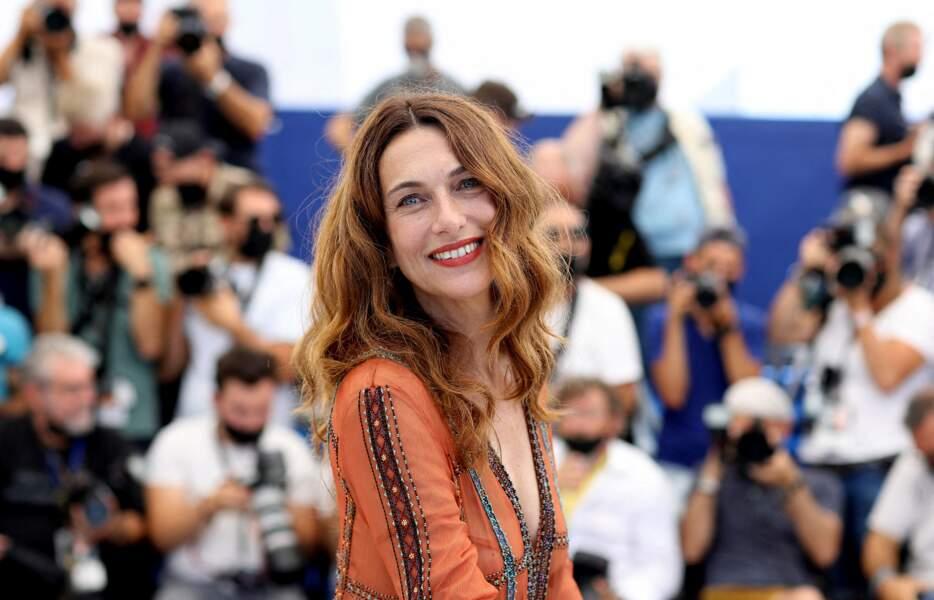 Natacha Lindinger rayonnante pour son apparition au photocall du film Oss 117, le 17 juillet