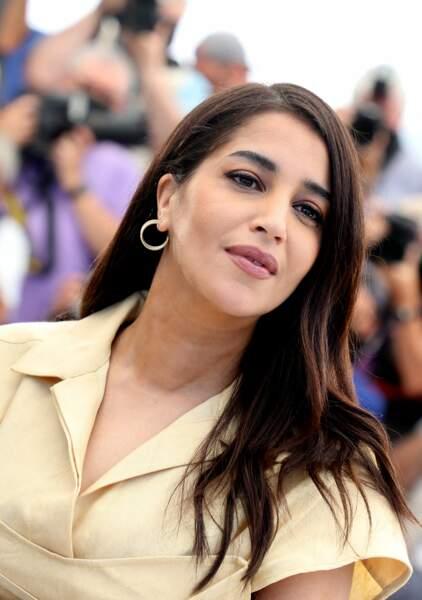 L'actrice Leïla Bekhti a fait sensation dans un look bicolore au photocall du film Les Intranquilles, le 17 juillet