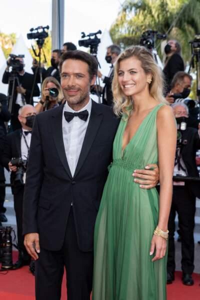 Nicolas Bedos, aux manettes du dernier volet d'OSS, soutenu par sa compagne Pauline Desmonts, le 17 juillet 2021, jour de clôture du Festival de Cannes